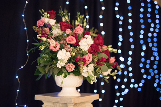 Custom Floral Arrangement at Gettysburg Wedding - Photography by Maria Silva-Goya